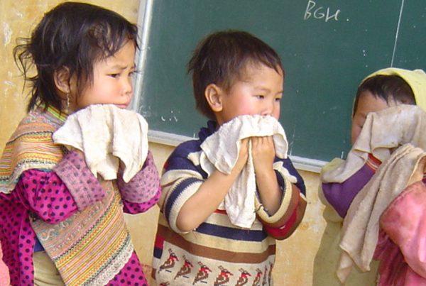 enfants qui se lavent le visage