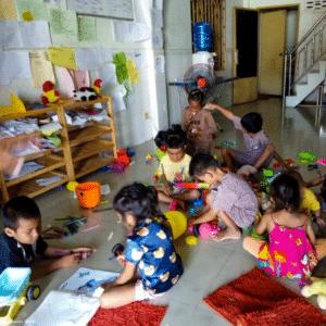 Enfants jouant au centre social
