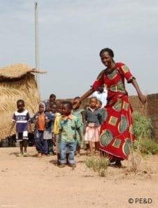 Une enseignante en maternelle et ses élèves au Burkina Faso