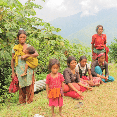Groupe de filles et femmes Chepang en montagne au Népal