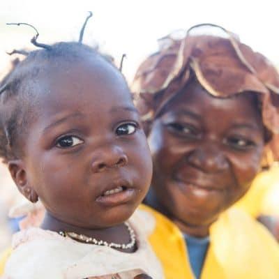 Une femme et un bébé au Burkina Faso