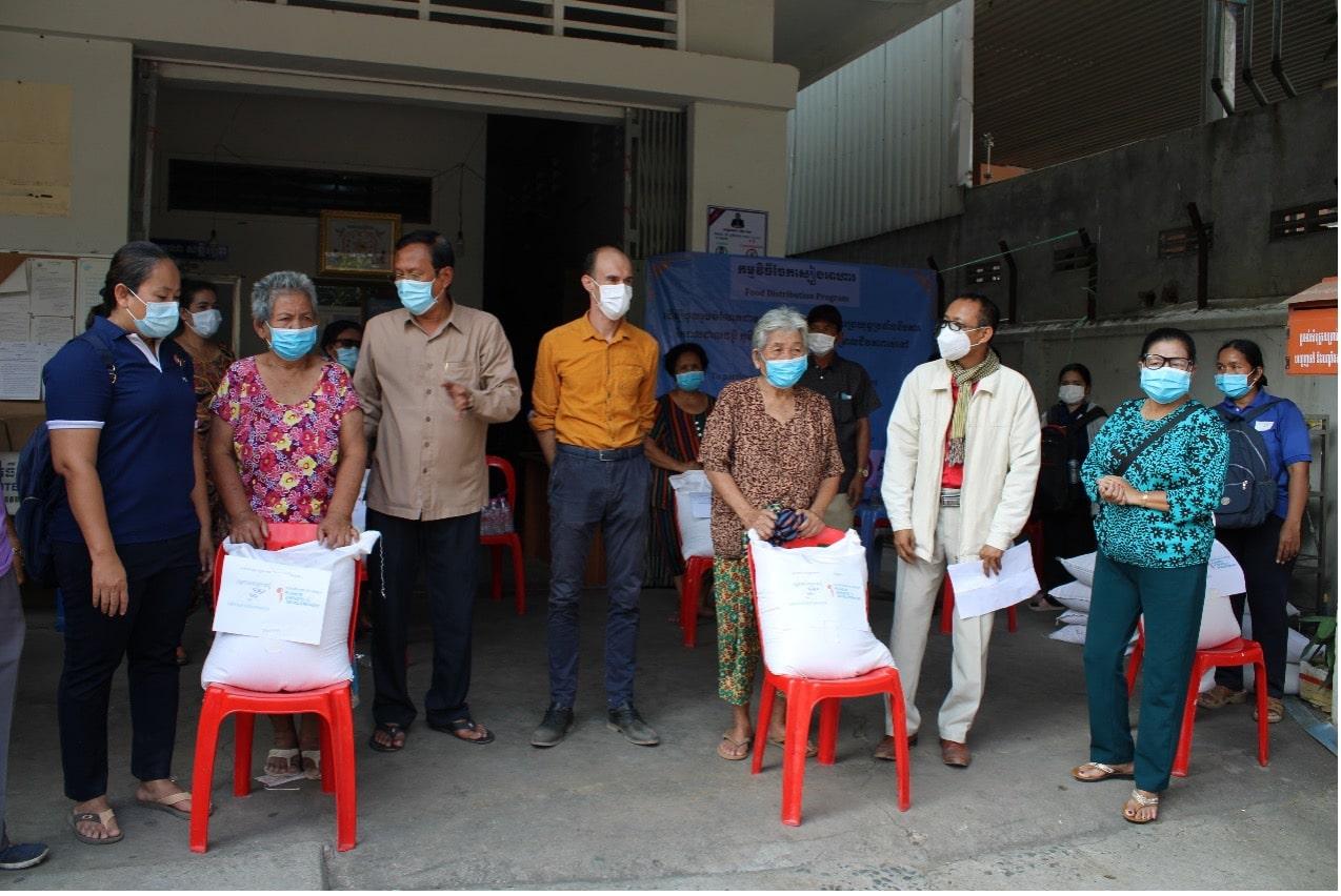 Jean-Baptiste Douillet avec des familles cambodgiennes