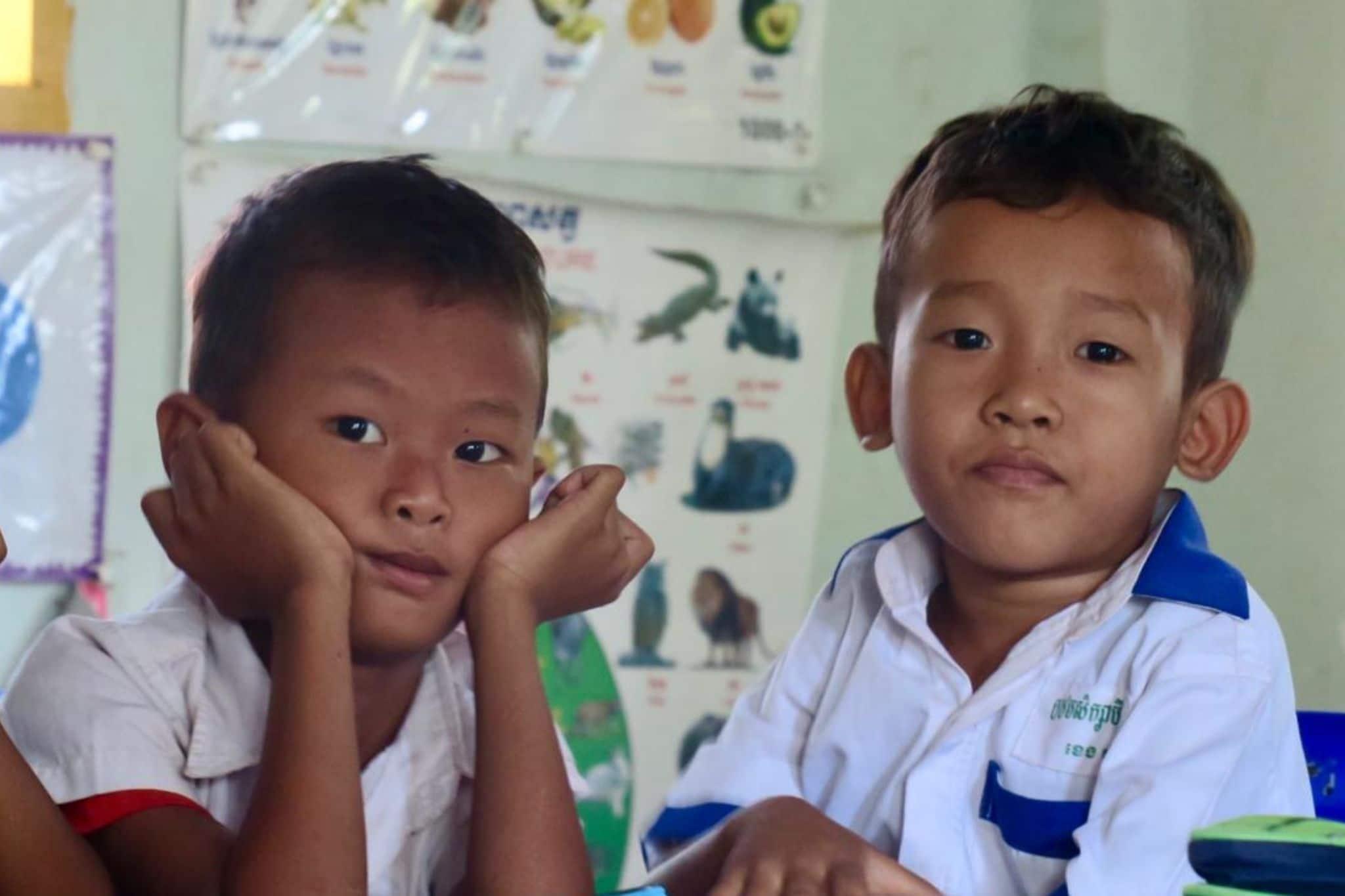 2 petits garçons en classe au Cambodge