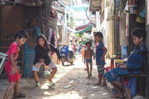 Enfants qui jouent dans les bidonvilles de Phnom Penh