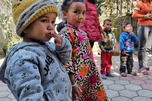 Des petits à l'école maternelle au Népal