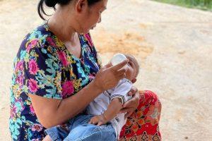 Une mère nourrit son bébé au Cambodge