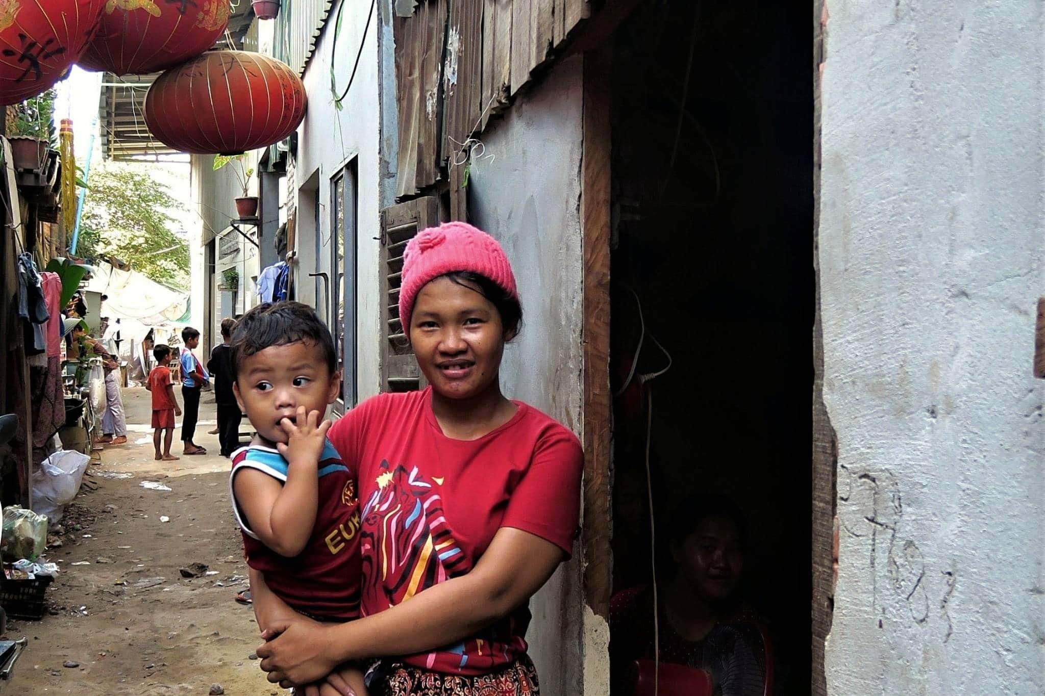 Femme et son enfant dans un quartier précaire de Phnom Penh