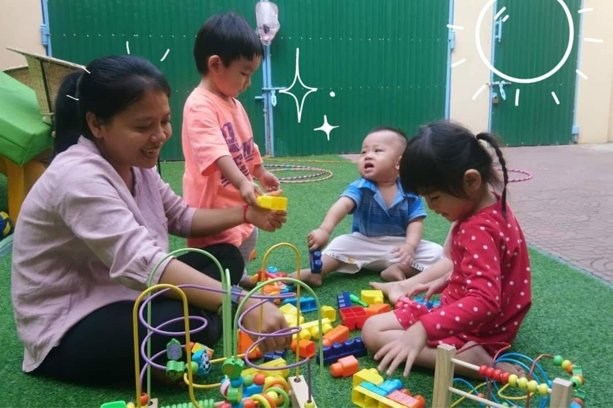 La directrice de la crèche Kidora joue avec des enfants cambodgiens