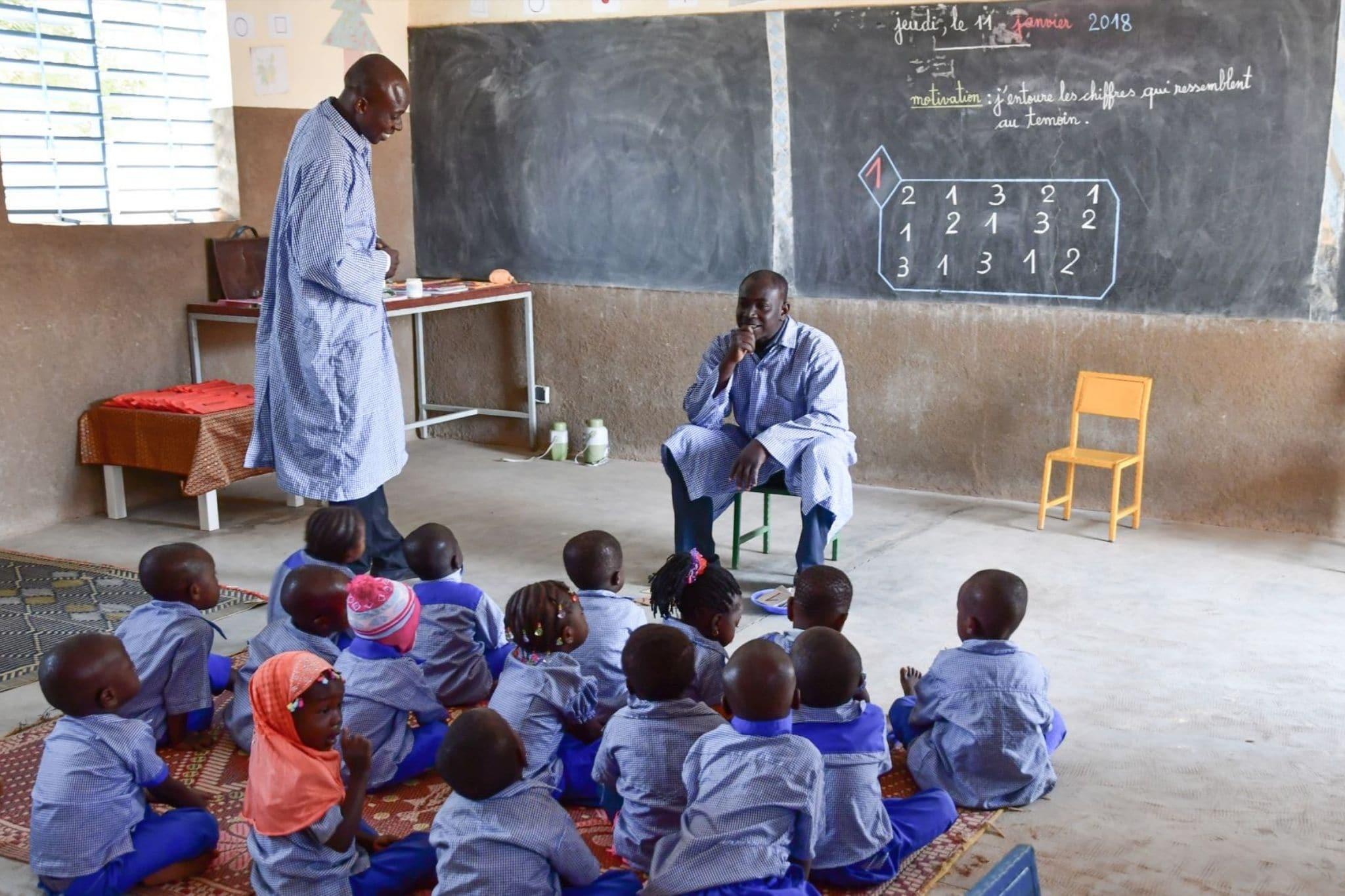 Un éducateur Petite Enfance en classe au Burkina Faso