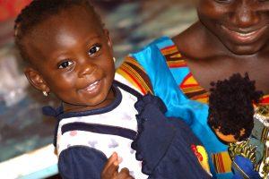 Petite fille avec une poupée BiiBop au Burkina Faso