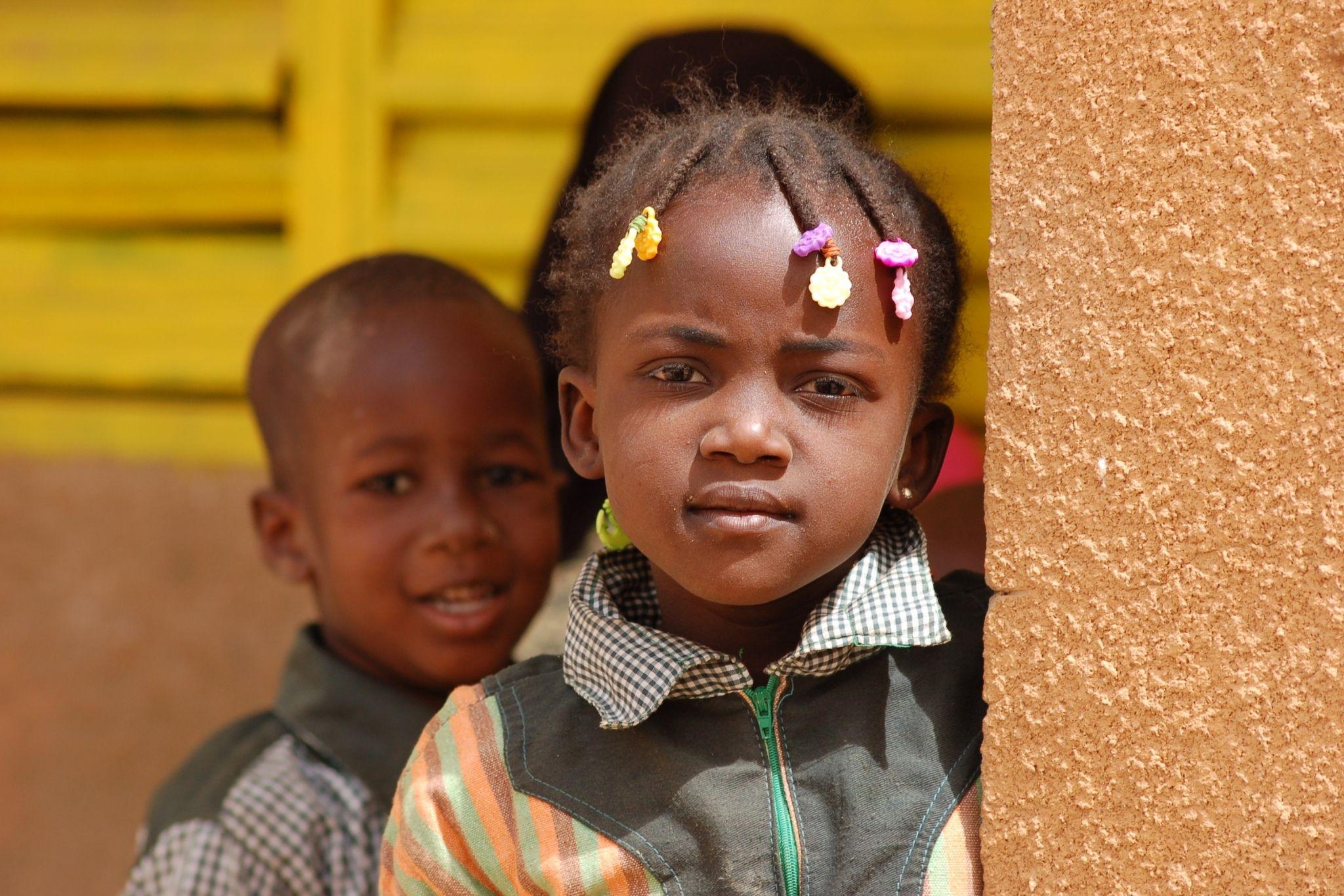 Petite fille à l'école de Dar Salaam au Burkina Faso