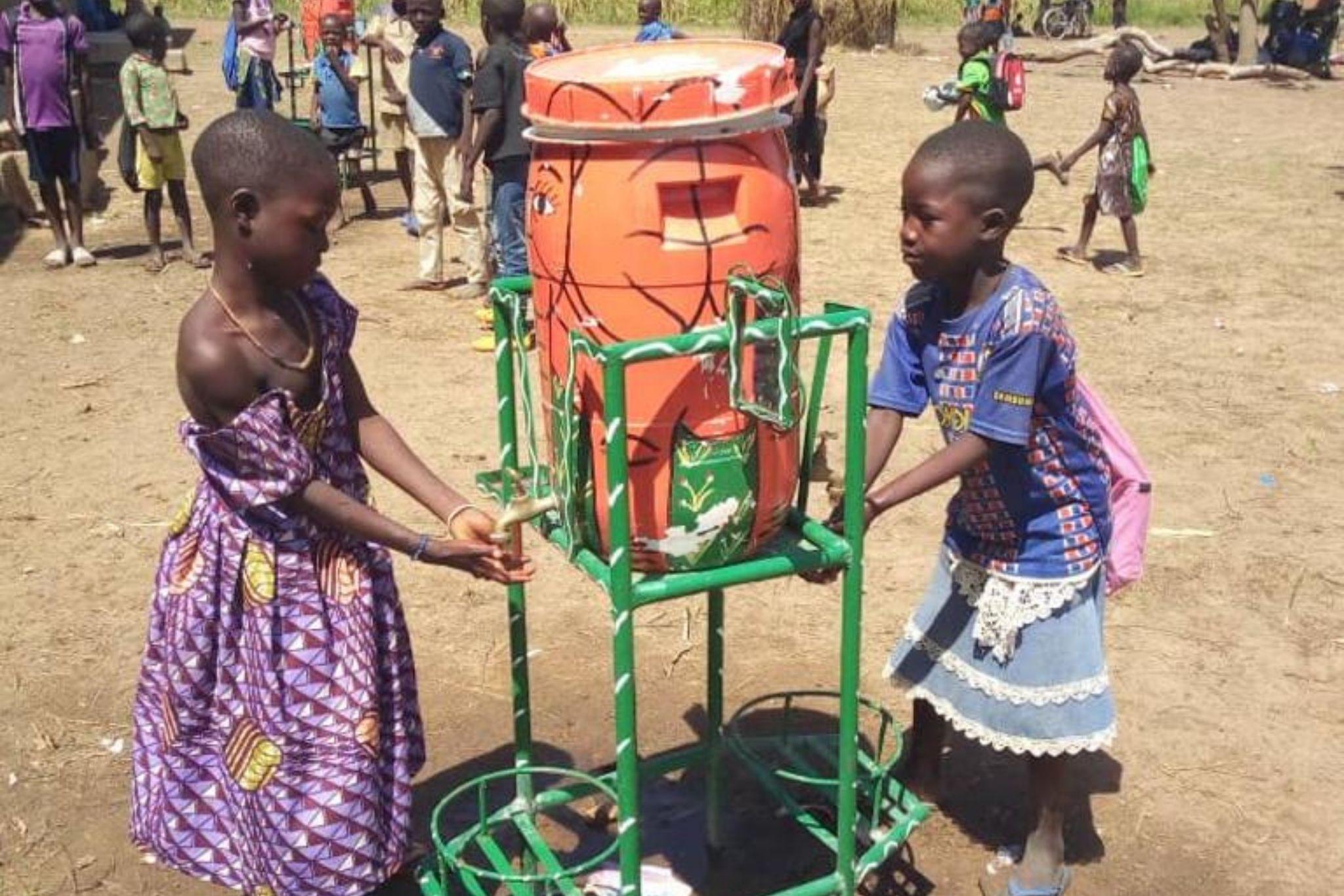 Enfants qui se lavent les mains à l'école au Burkina Faso